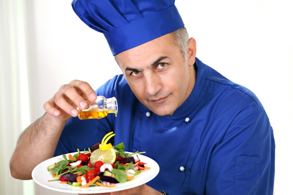 Elidia-chef-pouring-olive-oil-on-a-salad